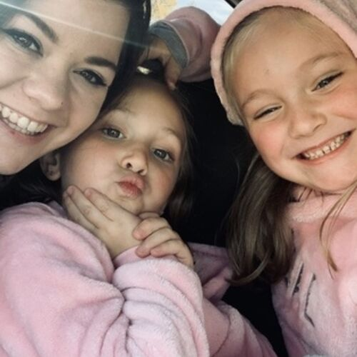 Hi there! I am currently looking for part-time nanny work.