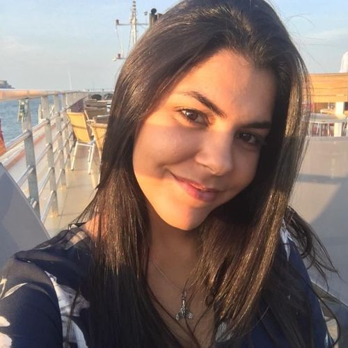 I'm Larissa from Brazil, 19 years old and I describe myself as organized, empathic, easy-going and I'm offering childcare.